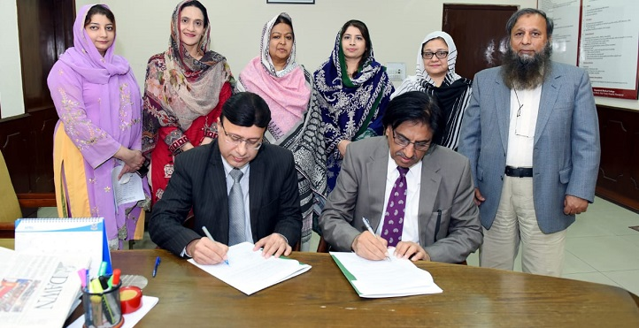 Prof. Dr. M.Akram Shaikh, Director General PASTIC and Prof. Dr. M.Umer, Vice Chancellor, Rawalpindi Medical University signing an MOU to share the services of PASTIC.